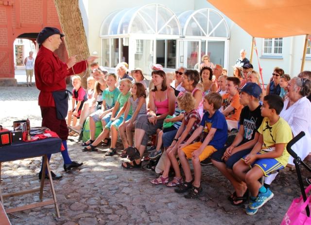 Optræden i Møntergården, Odense, tirsdag d. 29. juli 2014. Foto: Ole Heyde.